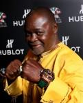 Legendarny bokser Azumah Nelson z zegarkiem, który jest sygnowany jego nazwiskiem